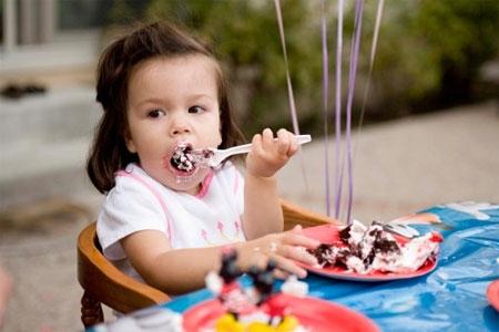 trẻ ăn giống người lớn