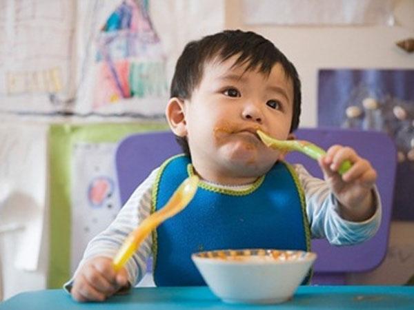 Dạy bé tự xúc ăn