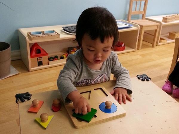 dạy trẻ theo phương pháp Montessori