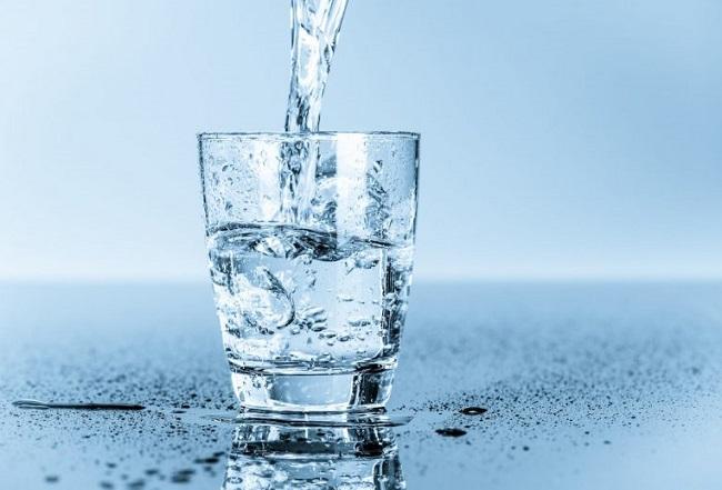 sau sinh mổ có nên uống nhiều nước