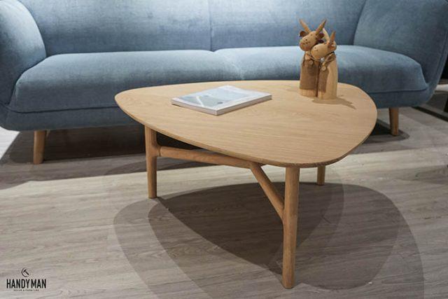 Đây là mẫu bàn trà hình tam giác bằng gỗ sồi và venner sồi cao cấp
