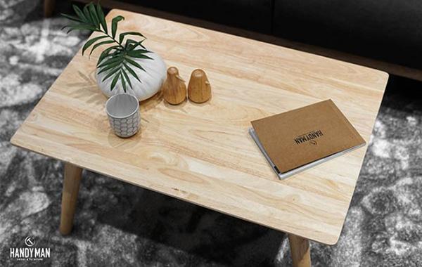 Chiếc bàn trà được làm từ gỗ cao su với sắc nâu sáng tự nhiên mộc mạc