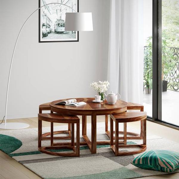 Bộ bàn trà được làm từ gỗ tự nhiên phủ sơn vecni màu cánh gián khá đẹp mắt